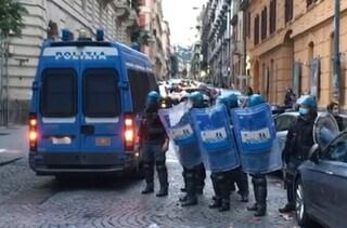 Coprifuoco, nuovi scontri a Napoli: cariche e lacrimogeni all'Unione Industriali. Ferito poliziotto