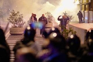 Scontro per il coprifuoco a Napoli: ci sono 9 indagati e perquisizioni: devastazione, camorra e finalità terroristica