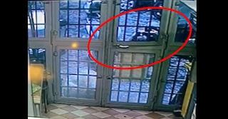 """Il 'ladro fotografo' davanti la pizzeria Sorbillo: """"Sta studiando la serratura per farci visita"""""""