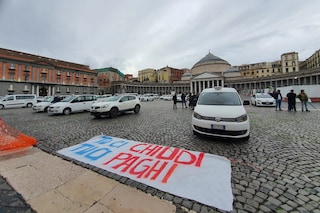 Napoli senza taxi, corteo nella notte delle auto bianche contro il coprifuoco
