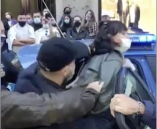 Non vuole indossare la mascherina e spintona i poliziotti, donna arrestata in via Toledo
