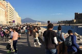 """Napoli, migliaia di persone sul Lungomare: folla e ristoranti pieni. De Magistris: """"Non lo chiudo"""""""