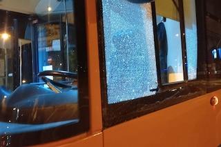 Napoli, motociclista contromano taglia strada a bus Anm, ma non ci riesce e devasta mezzo a calci