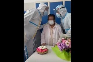 Malata Covid compie gli anni in reparto, sorpresa di infermieri e medici: torta e candeline