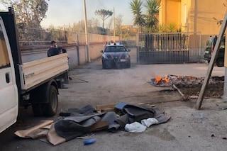 Incendia rifiuti e causa una colonna nera di fumo maleodorante tra le case: arrestato