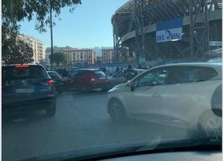 Morto Maradona, fila di auto all'esterno del San Paolo: in tanti si fermano a rendergli omaggio