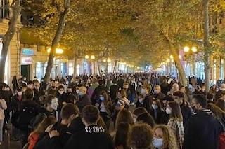 Migliaia di persone in strada a Napoli nell'ultima sera prima della zona rossa. Lite a via Scarlatti