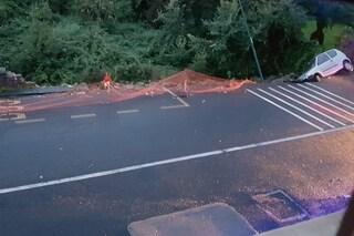 Ponti Rossi, franata la strada: auto e lampioni inghiottiti. Famiglie senza luce