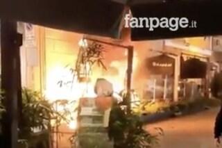 Salerno, a fuoco l'ombrellone del sushi-bar al Corso Vittorio Emanuele