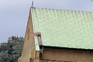 Basilica di Santa Chiara, il forte vento stacca le tegole dell'antica chiesa. Domani parchi e cimiteri chiusi