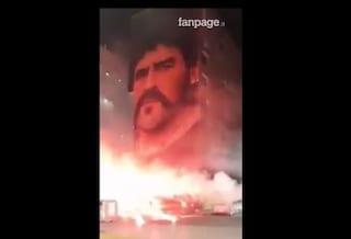 Maradona, a San Giovanni a Teduccio fuochi e applausi sotto il maxi murales di Jorit