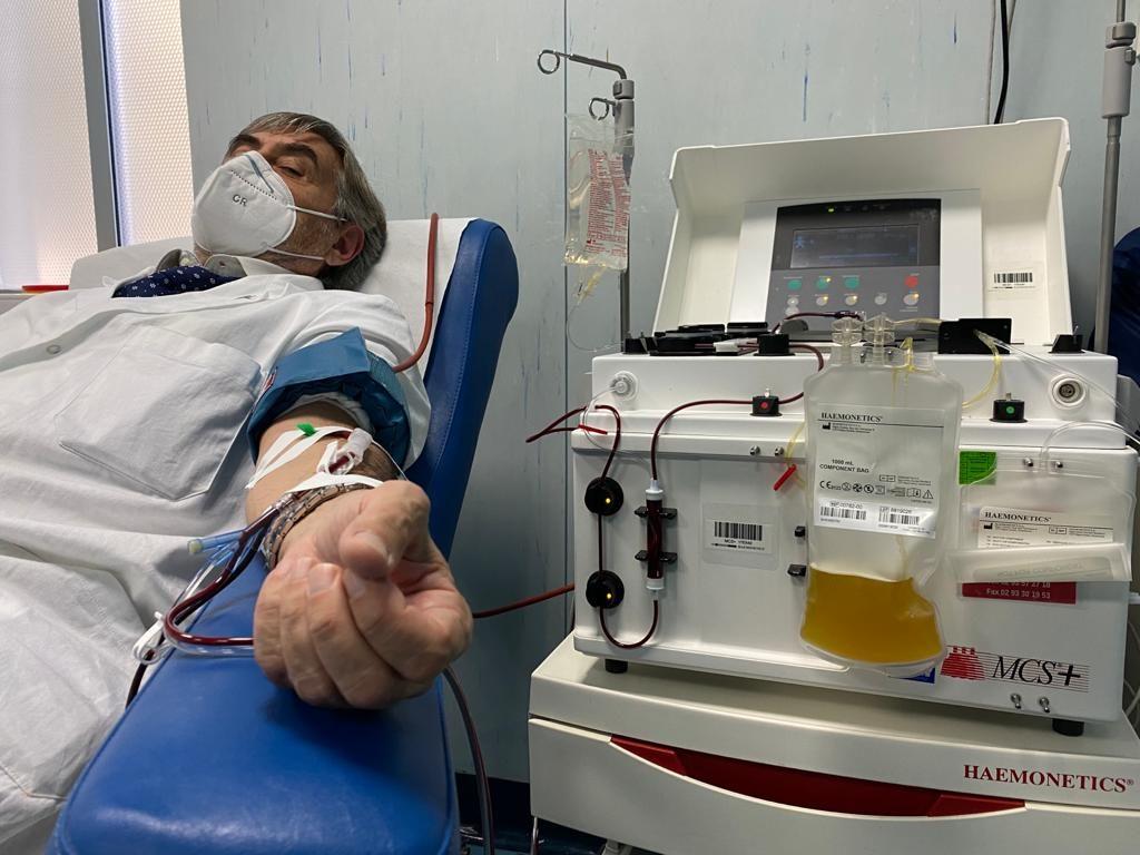 Carlo Molino, direttore dell'UOC di chirurgia generale e chirurgia del pancreas, mentre dona il plasma iperimmune.
