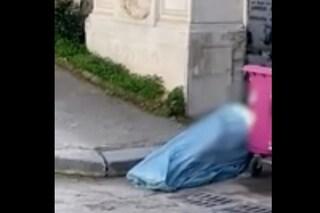 Orrore al Cimitero di Napoli: salme nei lenzuoli, bare in sacchi della spazzatura. Sopralluogo del Comune