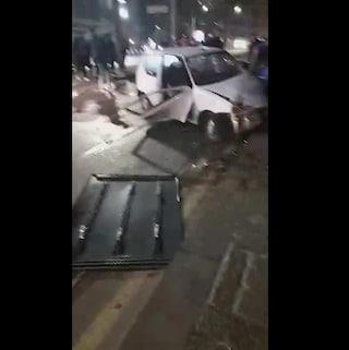 Incidente a Piazza Garibaldi, auto finisce fuori strada e travolge i cartelli stradali