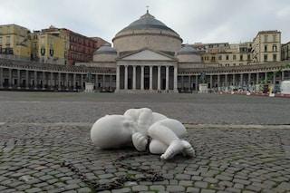 Look-down, la scultura di Jago installata nella notte in piazza Plebiscito a Napoli