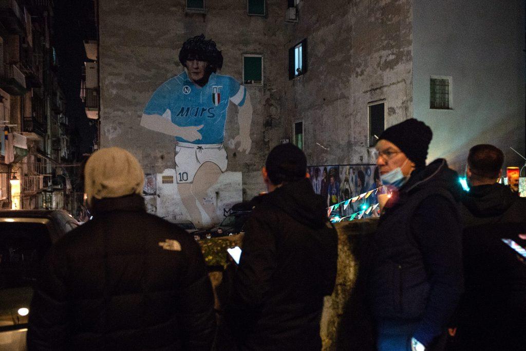 l murale di Maradona ai Quartieri Spagnoli di Napoli durante la veglia dei giorni scorsi.