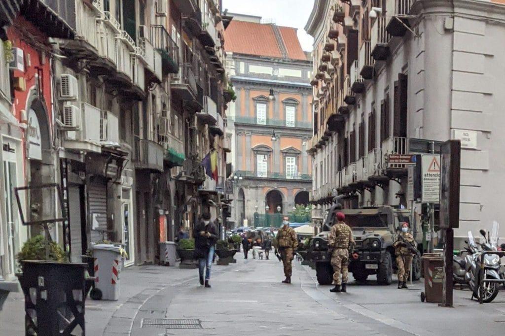 Esercito in via Chiaia / foto fanpage.it