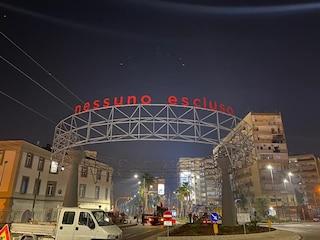 """""""Nessuno escluso"""": la grande scritta installata nella notte in via Marina"""
