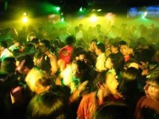 Covid, albergo trasformato in discoteca a Napoli: denunciate 18 persone senza mascherina