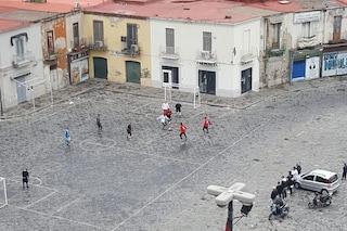Napoli, primo giorno di zona rossa: in piazza Mercato si gioca a calcetto. Lungomare deserto