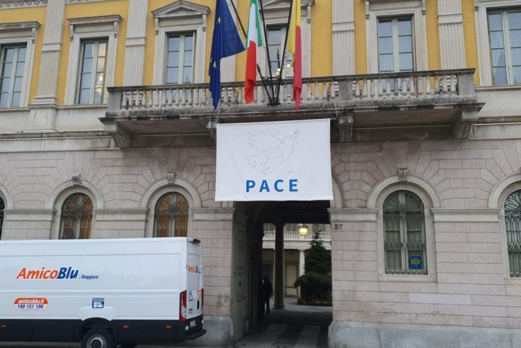 Il Comune di Bergamo, dove ieri è stato montato il presepe