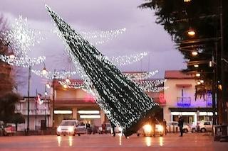 Maltempo, a Napoli una palma distrugge un'auto. A Somma cade l'albero di Natale in piazza