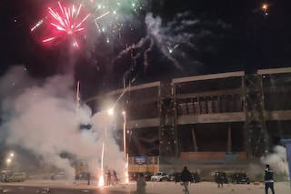 Capodanno a Napoli, fuochi di artificio davanti allo Stadio Maradona