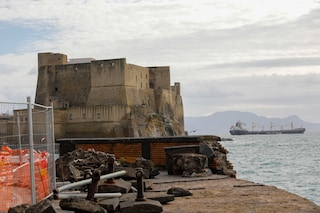 La mareggiata sul Lungomare di Napoli ha causato danni seri a Castel dell'Ovo