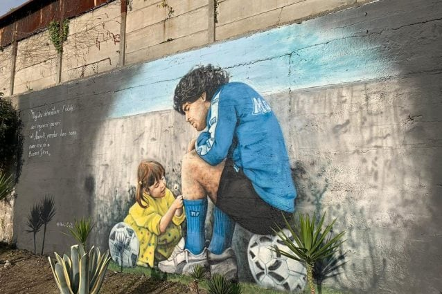 Il murale di Diego Armando Maradona all'esterno dell'ex Centro Paradiso a Soccavo.