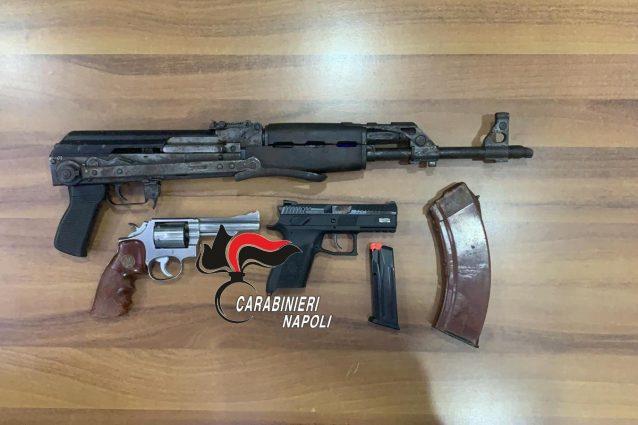Le armi (due pistole ed un fucile d'assalto) sequestrate dai carabinieri del Rione Salicelle di Afragola.