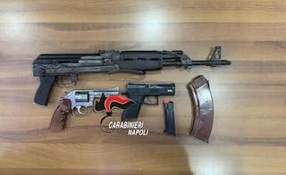 Kalashnikov e pistole in un deposito nel Rione Salicelle di Afragola