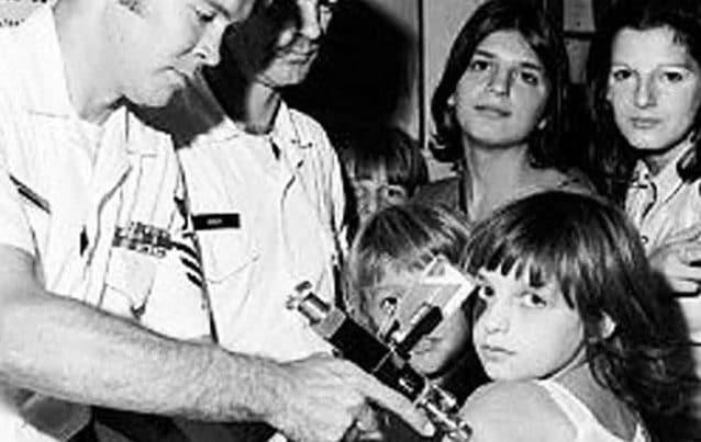 Un momento della vaccinazione contro il colera a Napoli nel 1973.