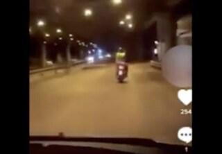 """Ancora un rider nel mirino a Napoli, lo inseguono e pubblicano il video sul web: """"Ora lo rapiniamo"""""""