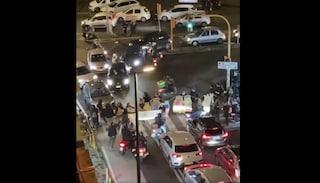 Scuole chiuse a Napoli, genitori e bimbi bloccano il traffico in via Salvator Rosa