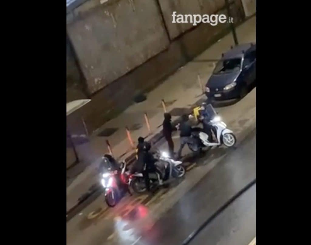 Un frame del pestaggio del rider seguito dal furto del motorino a Calata Capodichino.