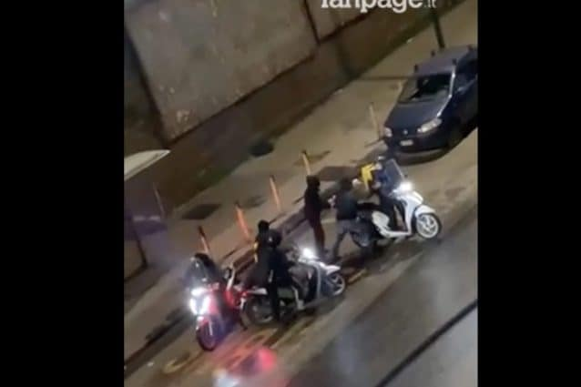 Un frame del pestaggio del rider seguito dalla rapina del motorino a Calata Capodichino.