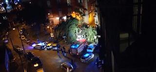 Maltempo Napoli, albero cade in piazza Cavour e colpisce uno scooter: ferito un 28enne