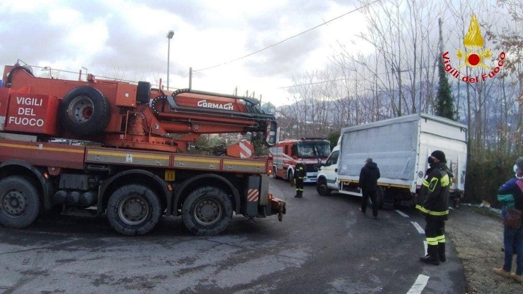 L'autocarro recuperato dai vigili del fuoco a Roccabascerana.