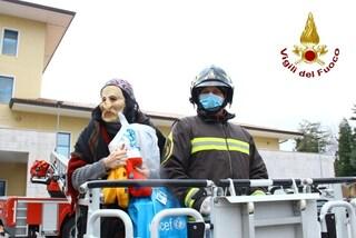 Avellino, la Befana porta doni ai bimbi ricoverati in ospedale con l'autoscala dei pompieri