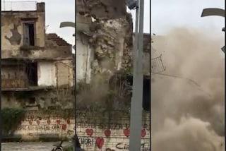 Vecchio palazzo crolla davanti a decine di persone ad Afragola