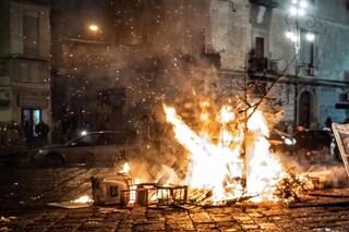 Falò di Sant'Antonio, denunce e tensione: i ragazzini lanciano pietre contro la polizia