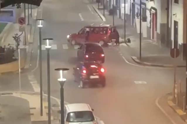 L'attimo prima che l'auto dei proprietari del negozio speronasse i ladri.