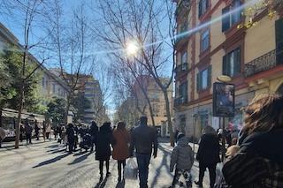 Napoli zona gialla Covid, strade affollate tra mascherine e voglia di normalità