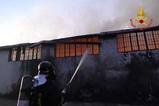 Incendio in un deposito di pellami a Montoro: grossa nube di fumo sulla città