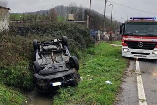Auto esce fuori strada e si ribalta, conducente estratto dalle lamiere a Manocalzati (Avellino)