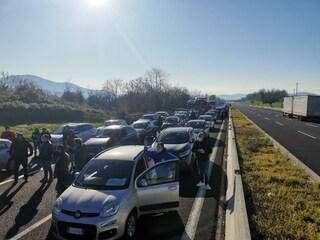 Caserta, ristoratori bloccano il traffico sull'Autostrada contro le restrizioni Covid