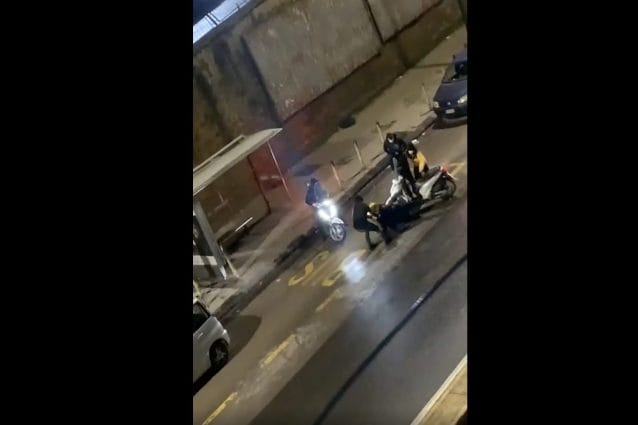 Un altro rider aggredito, rapinato dello scooter a Fuorigrotta