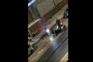 Napoli, rider pestato e rapinato dello scooter da sei persone a Calata Capodichino