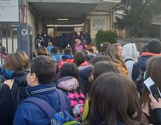 """Assembramenti davanti alle scuole, così non va. De Luca ai sindaci: """"Mettete i vigili alle entrate"""""""