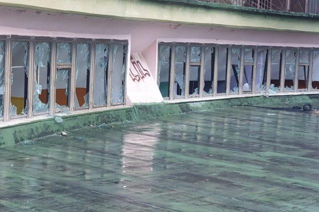 I vetri distrutti della scuola Baccini–Mazzini al Vico Lepre ai Ventaglieri di Napoli.